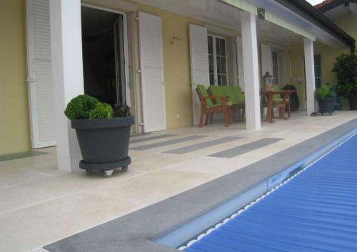 Dallage extérieur en calcaire beigeMargelle de piscine et dalles en basalte gris foncé