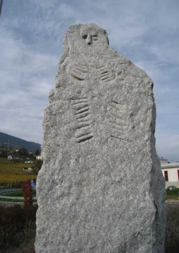 Sculpture sur pierre du menhir de Bevaix