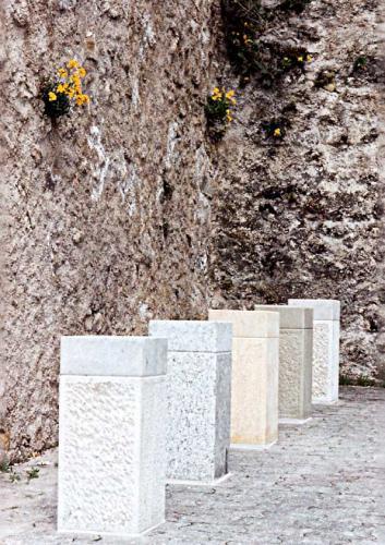 Groupe de bornes représentant les différentes pierres régionales de Grandson