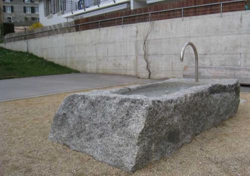 Fontaine dans bloc de granit pour la commune de Ballaigues
