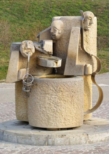 Fontaine en pierre sculpté sur le thème du jazz