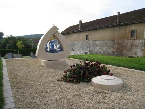Jardin du souvenir sculpté avec vitrail