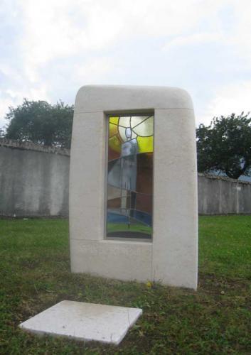 Jardin du souvenir en pierre avec vitrail