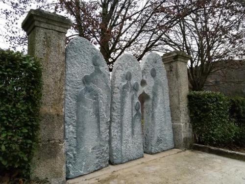 Sculpture en pierre jardin du souvenir cimetière des Clés