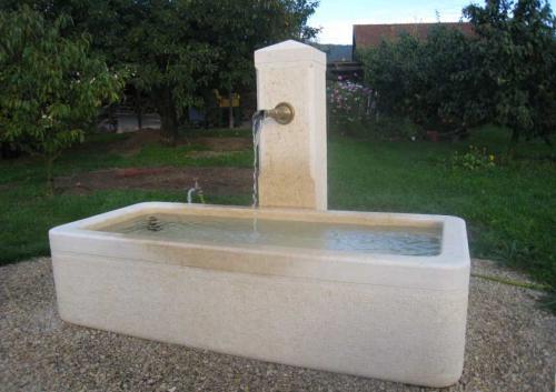 Fontaine vaudoise avec chèvre en calcaire dure de couleur jaune