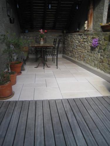 Terrasse bois et dalles en pierre