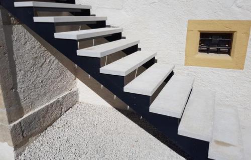 Escalier métal et calcaire beige
