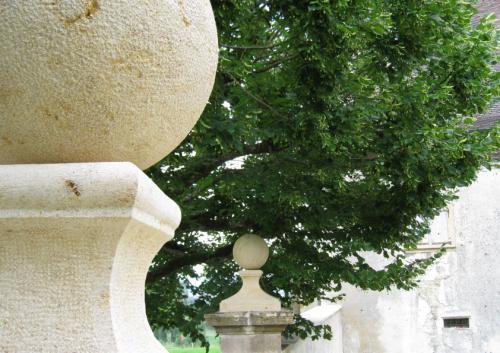 Pilier d'entrée en pierre - taille des chapiteaux