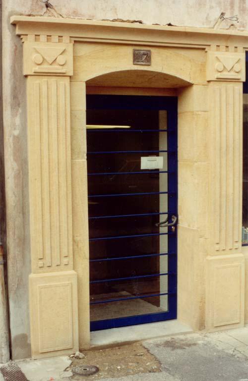 Entrée de magasin sculptée en calcaire d'Hauterive