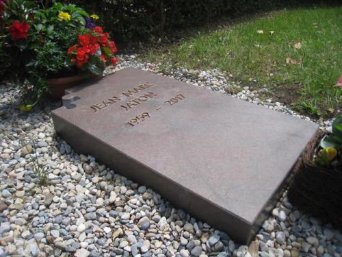 monument funéraire original dalle avec motif puzzle
