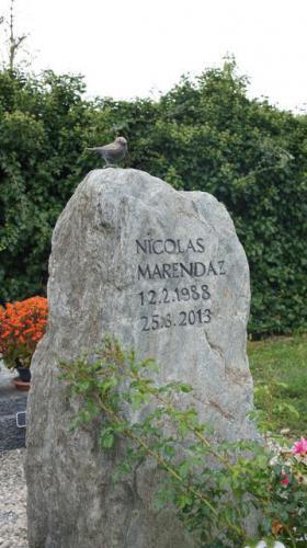 monument funéraire avec oiseau en bronze