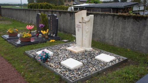 Concession funéraire en marbre rose et bordure en inox