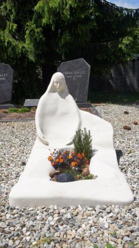 monument funéraire original et moderne d'une madone sculptée
