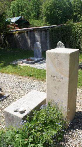 Monument funéraire moderne de 2 cubes
