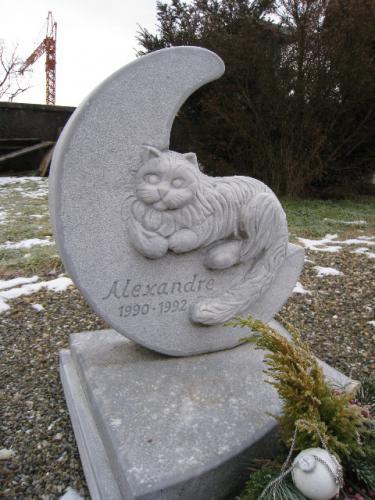 monument funéraire en marbre avec sculpture d'un chat