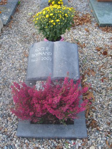 monument funéraire bible ouverte