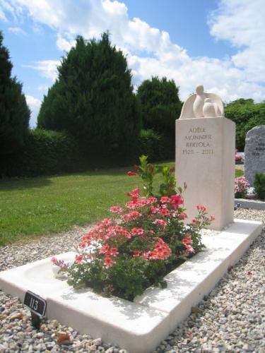 monument funéraire avec sculpture d'un oiseau