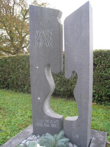 Pierre tombale sculptée avec motif guitare
