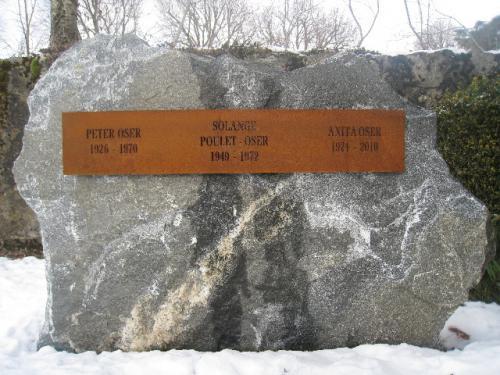 Monument funéraire concession en gneiss - inscription sur une plaque en acier corten