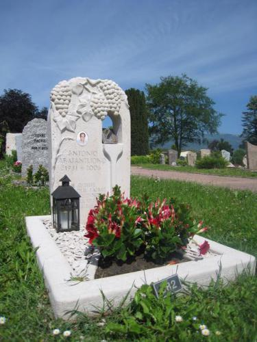 Monument funéraire en marbre blanc sur le thème de la vigne