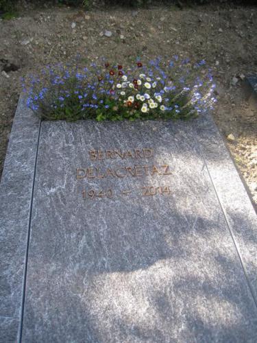 Dalle funéraire avec lettres en bronze