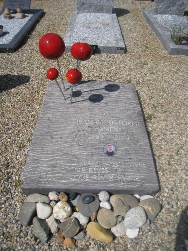 monument funéraire original dalle avec boules en céramique