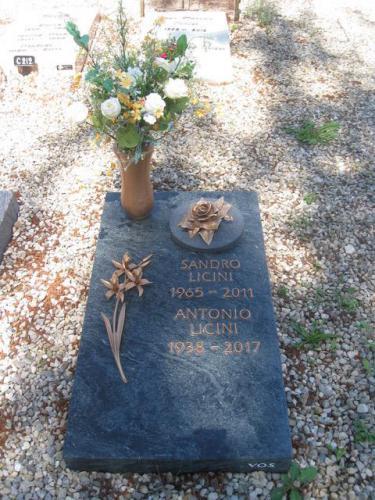 Dalle funéraire en serpentine avec lettres et ornements en bronze
