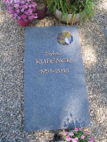 Dalle funéraire en granit avec un petit vitrail et lettres en bronze