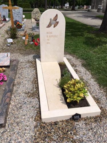 Monument funéraire original avec motif incrusté en mosaïque