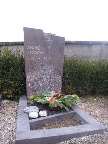 Monument funéraire moderne en calcaire rouge-violet