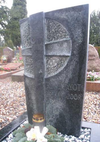 Monument funéraire original en serpentine avec motif croix