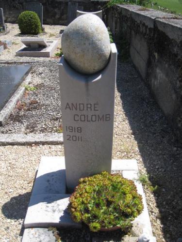 Monument funéraire original et moderne avec un galet nature