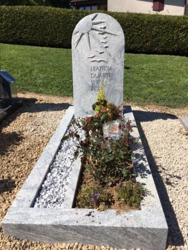 Monument funéraire en granit blanc-gris - thème de l'envol