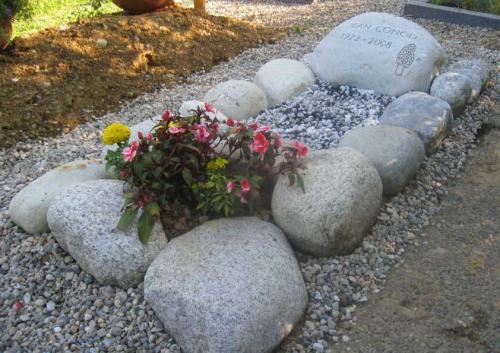 monument funéraire avec galets natures