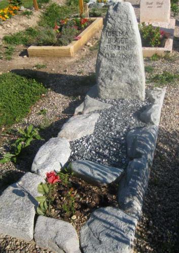 Monument funéraire dans bloc nature et galets