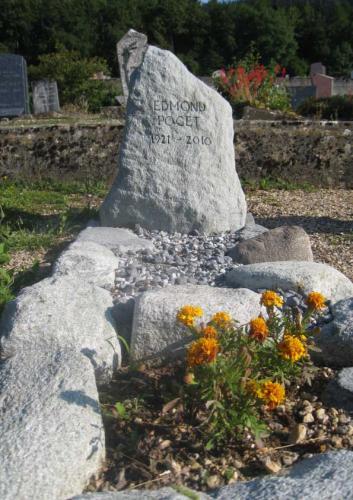 Monument funéraire dans blocs natures et galets